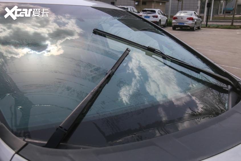 水渍残留在挡风玻璃
