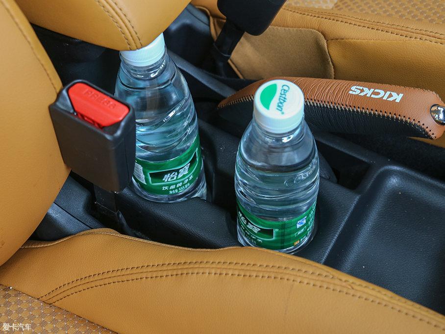 中央杯架的设计也黯然失色,仅仅放下两瓶水就没有多余的空间了。并且后杯架上方还有中央扶手箱的干扰,拿取非常不便。