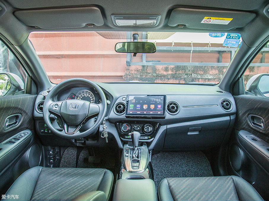 XR-V的内饰风格依旧有本田独特的味道,对于运动感的营造做得也很到位,整体风格年轻活泼。倾向于驾驶者的操控面板设计,方便操作,做工也保持了本田一贯出色的水准。另外,1.8L车型上还有双色内饰可供选择。