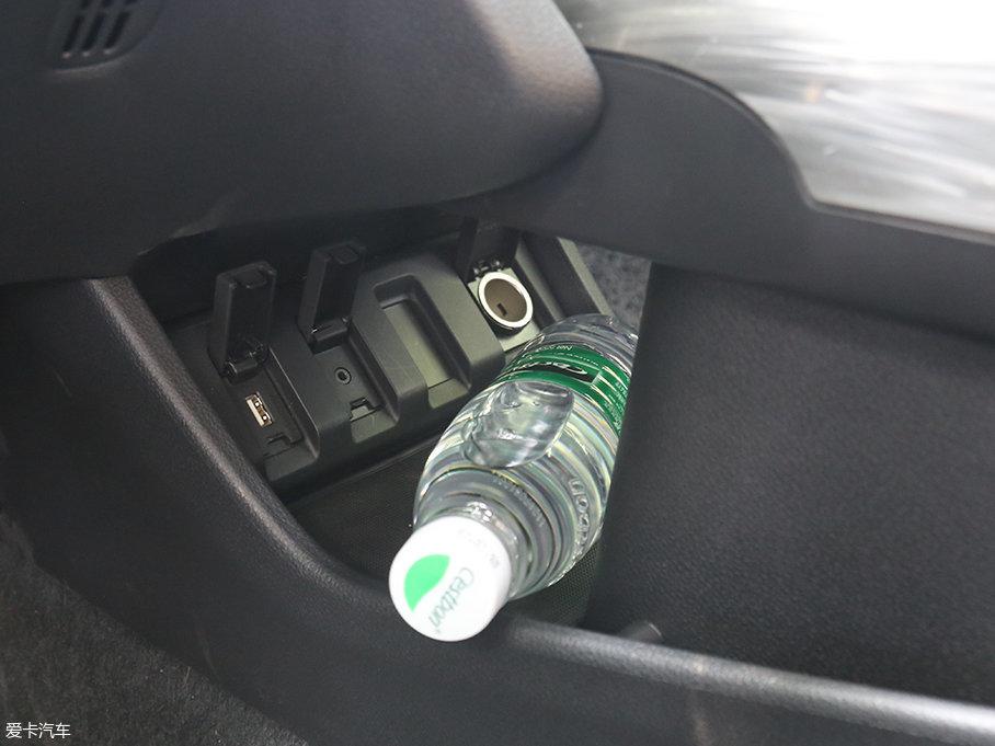 挡把下方还有这个比较隐蔽的储物空间,并且有USB接口以及12V的电源接口,平时手机充电的话可以将线完全隐藏在下方,避免线过多带来的不便。