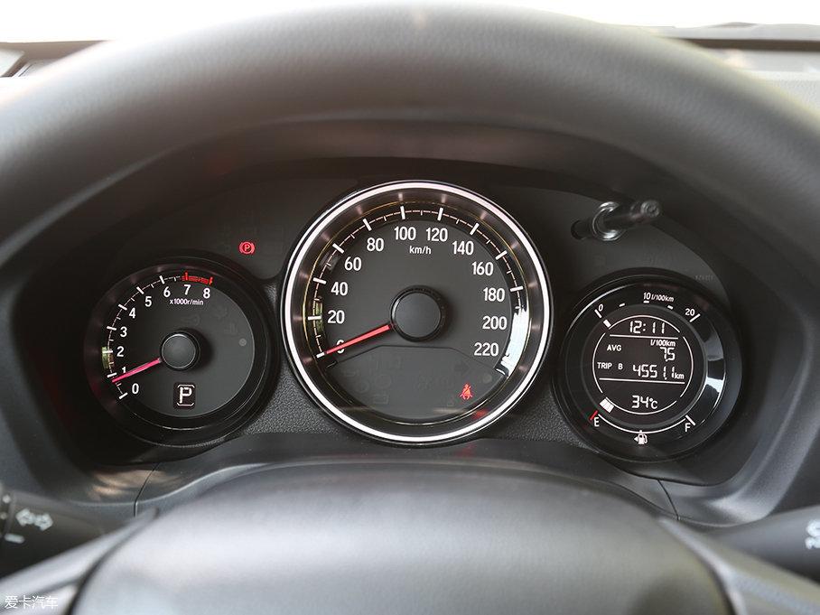 XR-V三炮筒式的仪表盘设计,极具运动感,右侧的圆形显示屏信息显示也相当丰富。值得一说的是,中间的仪表盘LED光环会根据驾驶者踩踏油门踏板的力度而转换颜色,非常有意思。
