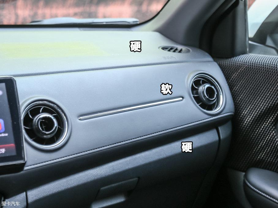 XR-V的内饰用料在同级别车型中算是比较出色的,除去比较常见的搪塑工艺外,中间还采用大面积的皮革包裹,配以双缝线设计,质感十分出色。门板用绒布材料覆盖,摸上去很软,手感相当细腻。
