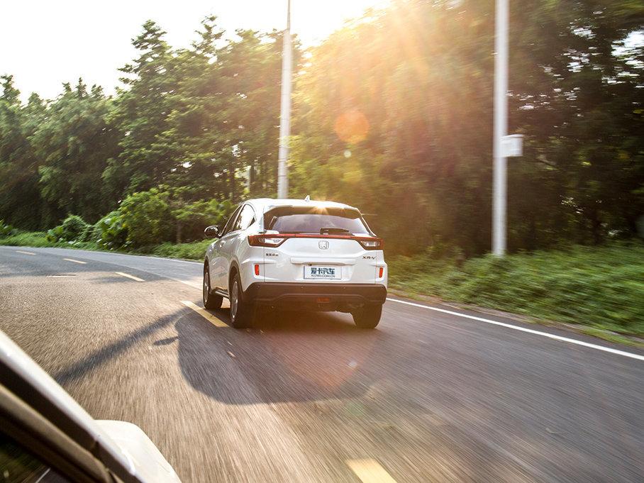 转向方面也一样很精准,并不会存在虚位,转向力度也十分柔和。总体来说,XR-V开起来很轻松灵活,但却一点都不乏味,给驾驶者营造一种惬意的驾驶氛围。