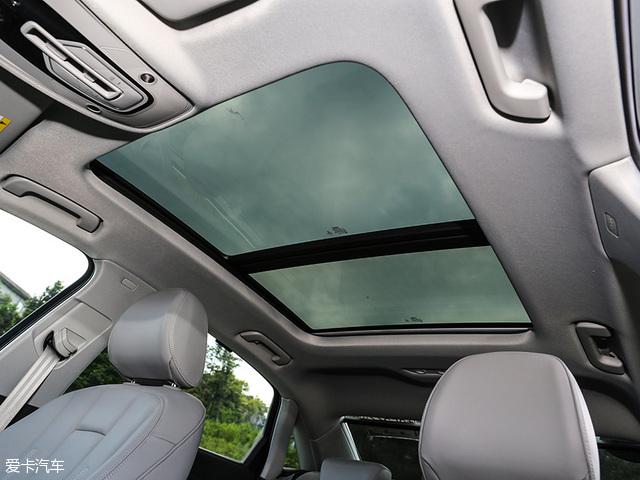 配置方面,全新奥迪A4L搭载了驾驶模式选择、发动机自动启/停、车身稳定系统、自动泊车、抬头显示、倒车雷达开闭、后窗电动遮阳帘、后排空调出风口(可独立温度控制)、中控屏幕开闭功能等。不过需要注意,全新奥迪A4L还增加了USB接口,虽然不是什么高级配置,但便利性提升有时候并不是钱多钱少的事。另外,全新奥迪A4L还配备了全景天窗,终于能与新一代奔驰C级长轴版一较高下了。