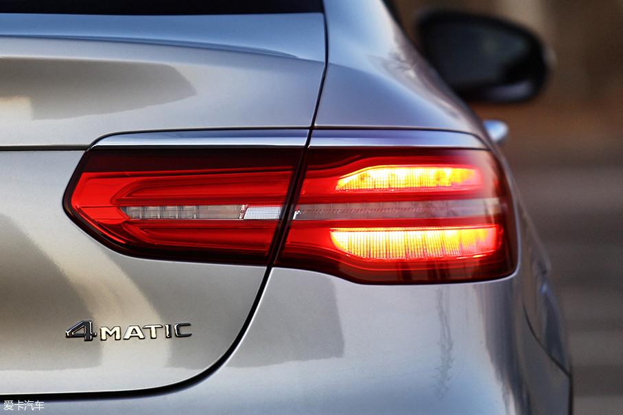 当强调多功能与实用性的SUV生出了跑车般优雅性感的臀形,就好比一张司空见惯的白纸遇到了妙笔生花的画师,结果必然是引人注目的。