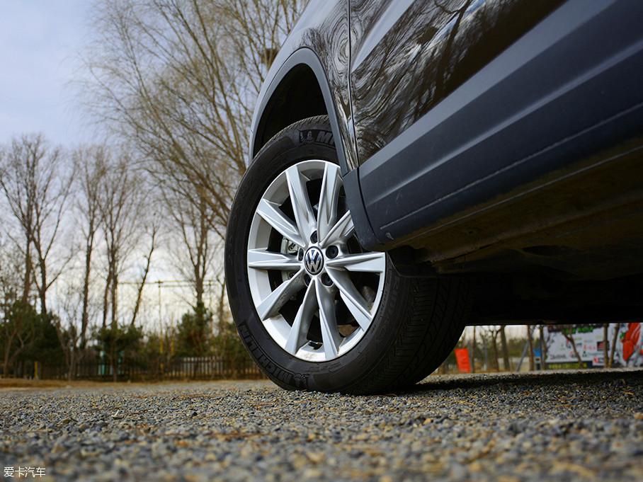 17寸十辐铝合金轮圈造型简单但富有立体感,选用米其林Primacy LC博悦系列轮胎,轮胎规格为235/55 R17。