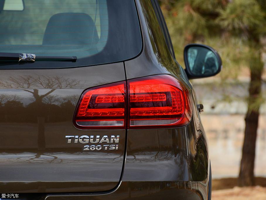 经过熏黑处理的尾灯在深色车漆的映衬下并不明显,刹车及示宽灯为LED光源,属于比较主流的配置。