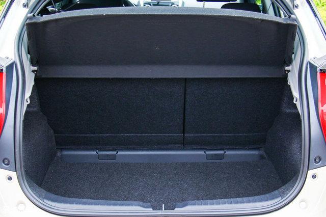 威驰fs的行李厢空间比较规整,后排座椅靠背支持4/6比例折叠.