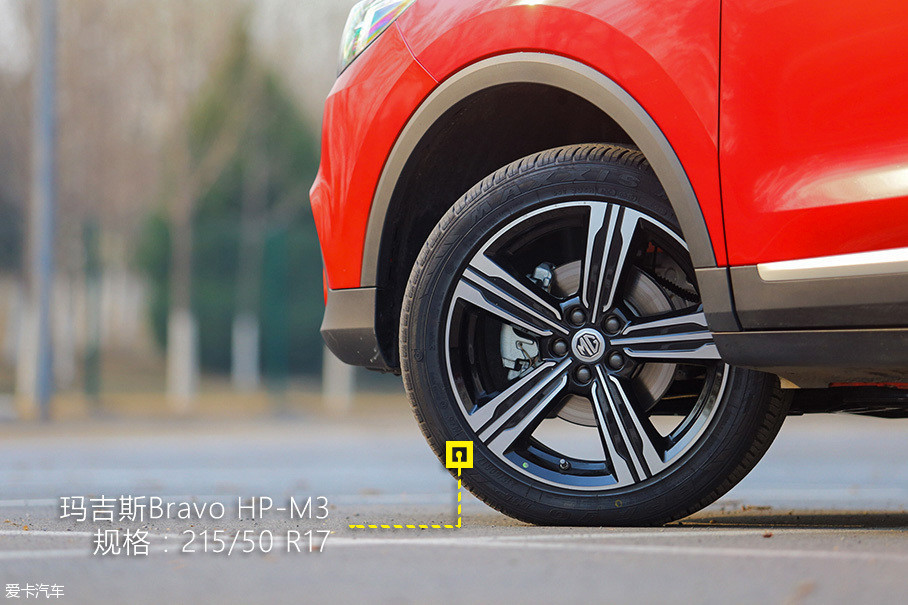 五辐条铝合金轮圈采用目前流行的双色设计,轮胎采用玛吉斯Bravo系列的HP-M3,规格为215/50 R17。