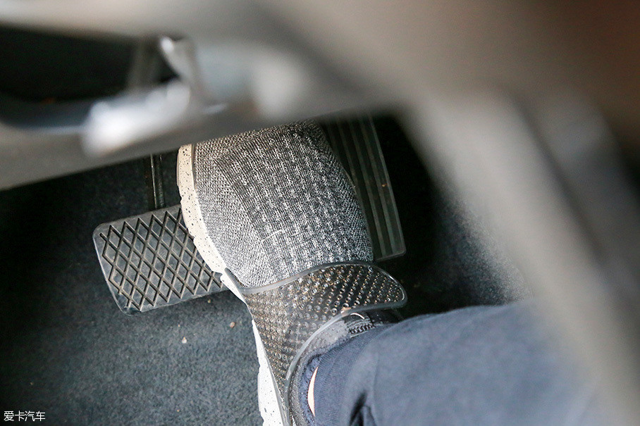 油门和刹车踏板的位置比较接近,虽然大多数状况下并不妨碍使用,不过在紧急情况下踩刹车还是容易碰到油门踏板。