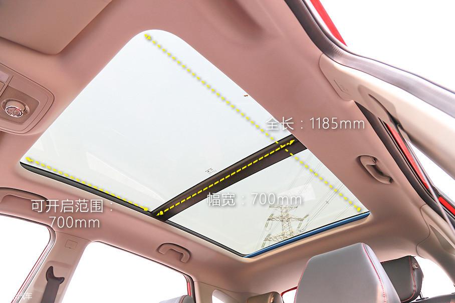 本次测试的名爵ZS 16T 自动旗舰互联网版配备有全景天窗,可开启面积与采光面积都非常可观。