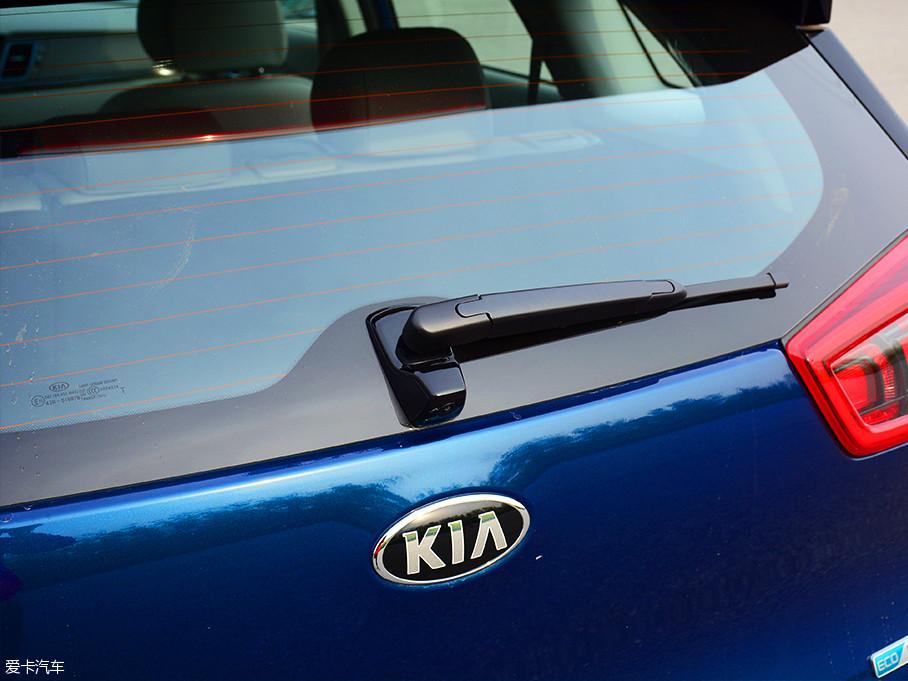 后雨刷下方的凸起并非后备厢门开启按钮,而是倒车影像的摄像头,值得一提的是,倒车影像系统也为全系标配。