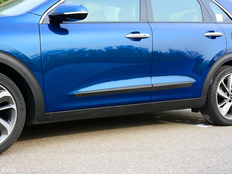 底大边轮廓和侧裙边都采用了亚光黑色防擦条设计,毕竟极睿定位于一款SUV车型,这点象征性的装饰必不可少。