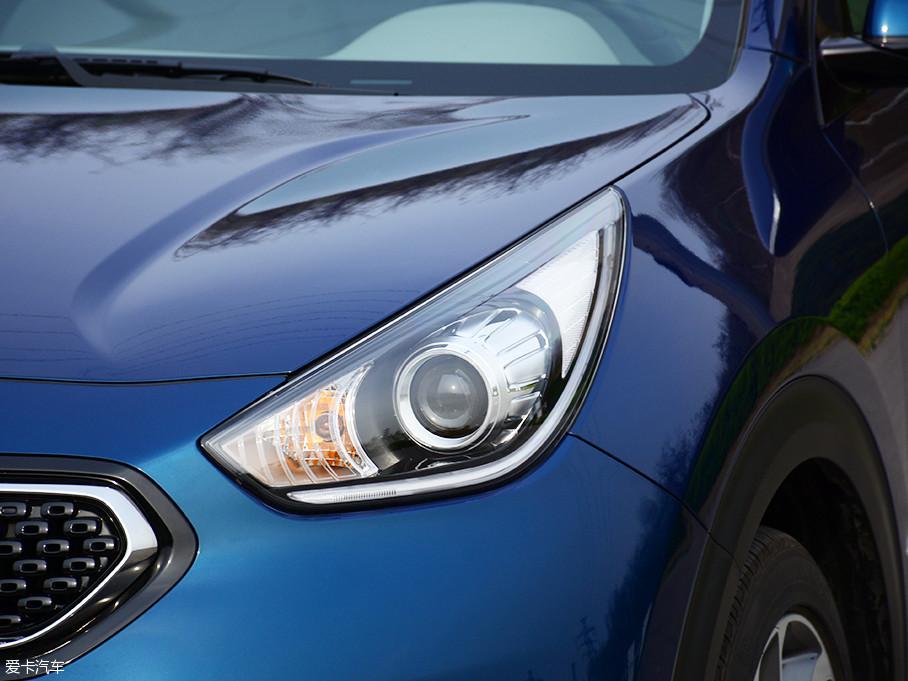 大灯采用远近光一体的HID氙气光源,并配有大灯透镜,外侧的LED光带并非日间行车灯,而是示宽灯。