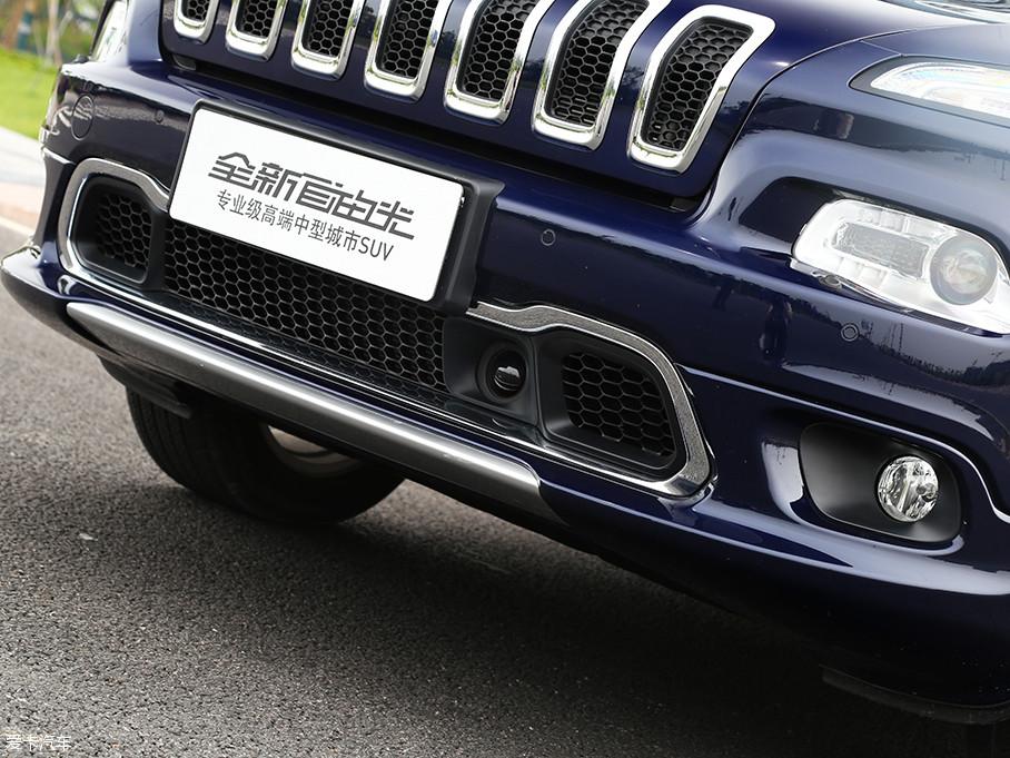 此外,位于进气格栅上的圆形摄像头,为实拍车型上所配备的ACC自适应巡航功能。此功能一直以来都是Jeep最为推崇的智能配置。
