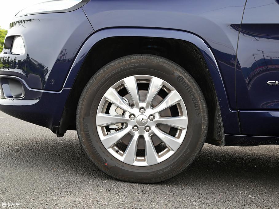 实拍车型采用了全新造型的铝合金轮圈样式,它所采用的轮胎为马牌ProContact TX全季节轮胎,其规格尺寸为225/60 R18。此外,轮眉也采用了与车身同色的设计。