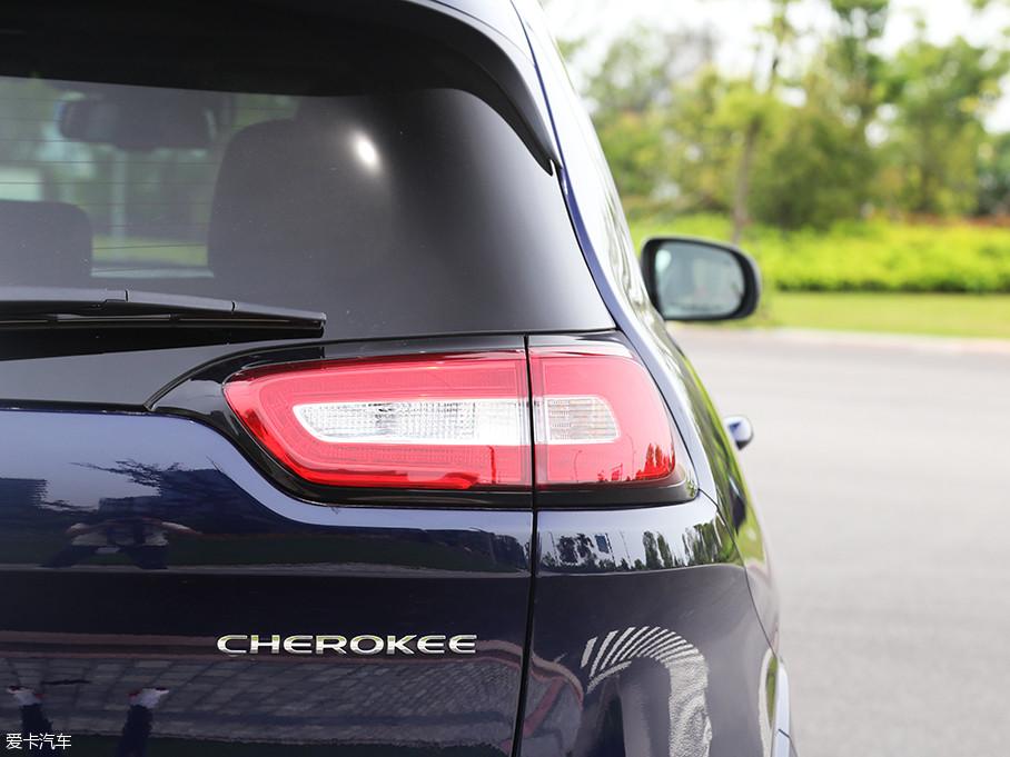 同样采用LED灯源的尾灯,造型方面仍然延续了老款车型的设计,并未作改变。