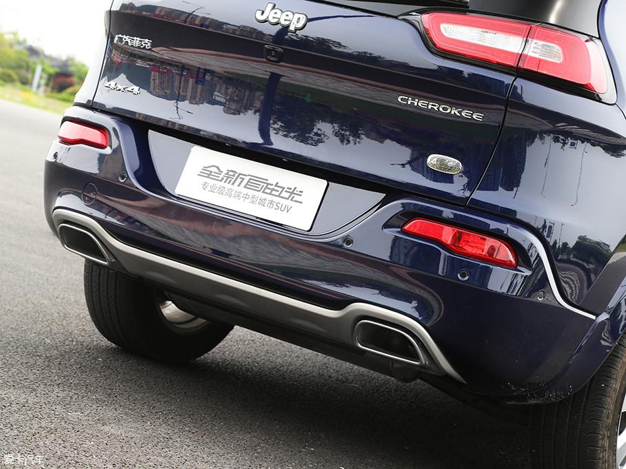 采用双边单出共两出的排气孔设计,仍然延续老款车型。而安全配置方面,2017款自由光的2.4L顶配及次顶配车型,还配有前后雷达泊车系统且带后盲区主动刹车功能,此功能在同级别中并不多见。