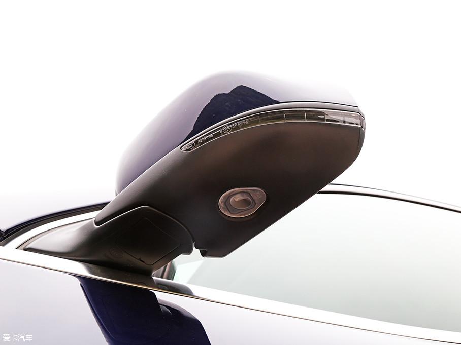 位于后视镜下方的是LED迎宾灯的灯源,此外,这台实拍车型还配有自动双方位泊车以及车道偏离辅助系统。
