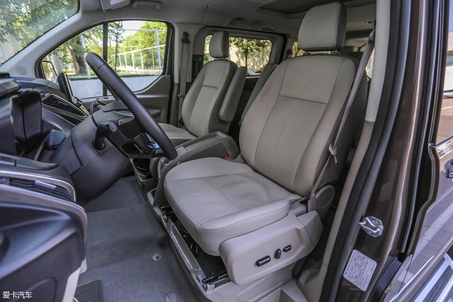 高配车型的主驾驶座椅采用电动调节,并且其高低可调节幅度十分大.