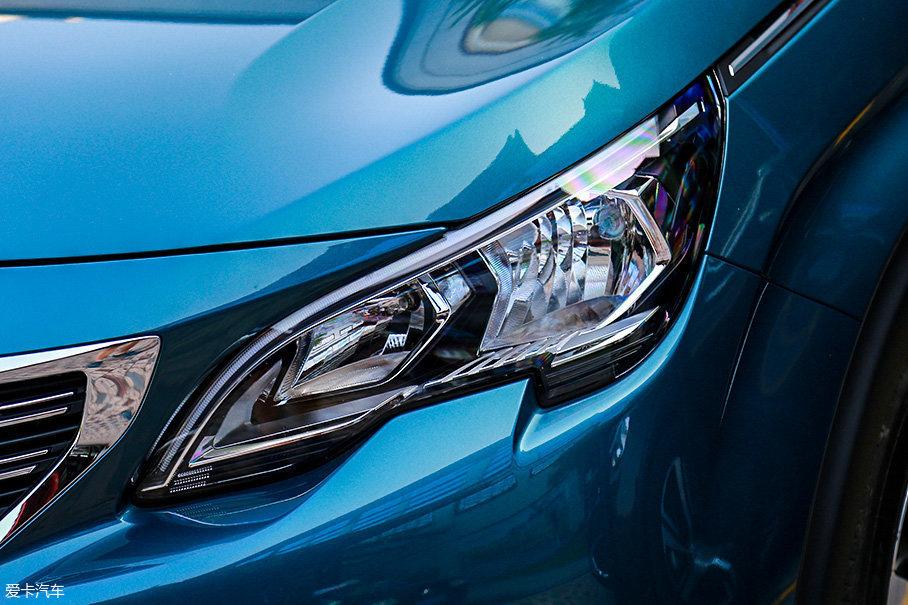 普通版车型的头灯无论是整体设计还是内部结构都与高配车型有所不同,虽然内部光源已经变为卤素光源,也缺少了透镜组,但视觉效果依旧令人满意。