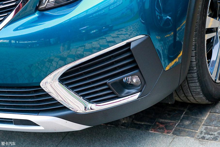 低配车型的雾灯安装高度较低,还采用了大面积的镀铬装饰。