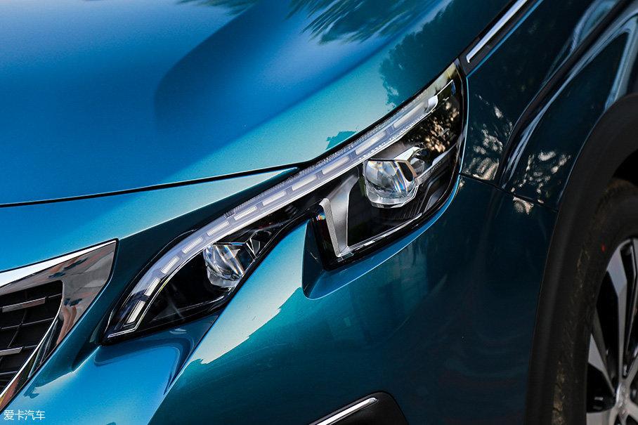 高配的豪华GT版采用了LED光源,眉状的LED日行灯视觉效果醒目,转向灯则被隐藏在LED日行灯与发动机舱盖之间的缝隙中。