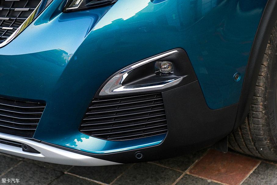 除了大灯组造型的区别外,高配的豪华GT版在雾灯部分的设计上也采用了专用的设计,镀铬面积更小,雾灯的安装位置也更高。