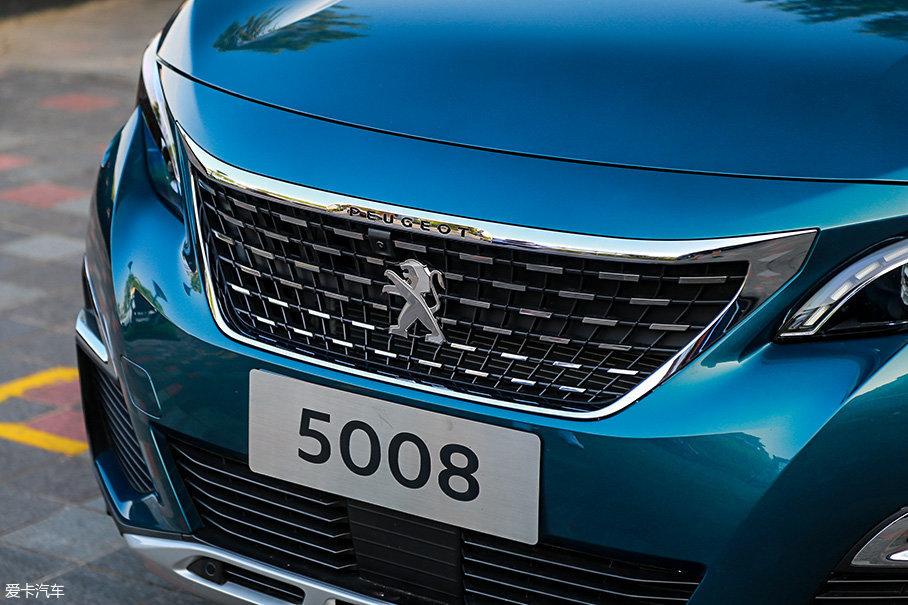 高配的豪华GT版车型的中央进气格栅采用了点阵状结构,带有一定的内凹造型,内部隐藏有全景影像系统的前置摄像头。