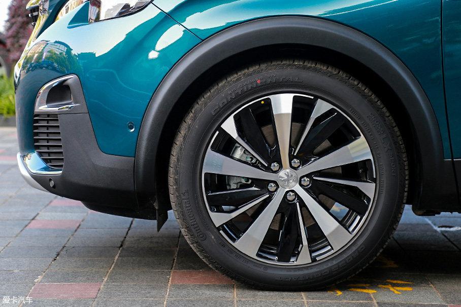 本次提供的试驾车中,无论是高配的豪华GT版还是普通版车型均采用19英寸双色十辐轮圈,轮胎采用马牌ContiCrossContact LX Sport系列,规格为235/50 R19。