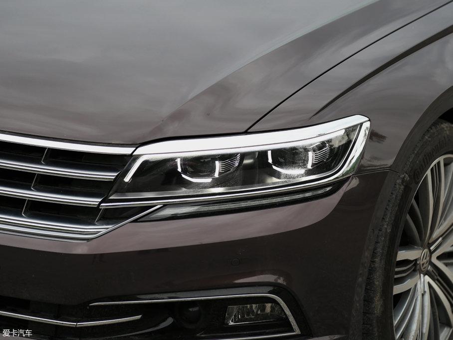 中网横幅式镀铬亮条与大灯组外部轮廓相接,整体精致感和高级感都做的很到位,并且大灯组内部还采用了全LED光源设计。
