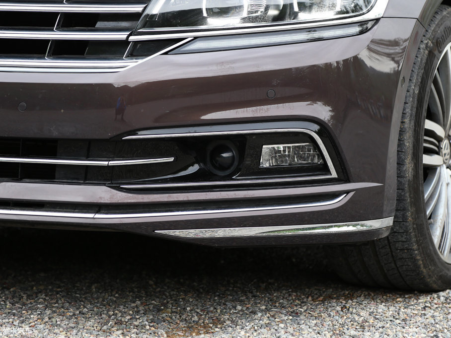 实拍车型的雾灯部分为雾灯+弯道补光灯相结合的一体式灯组,内侧圆形保护罩内为ACC自适应巡航的测距雷达探头。