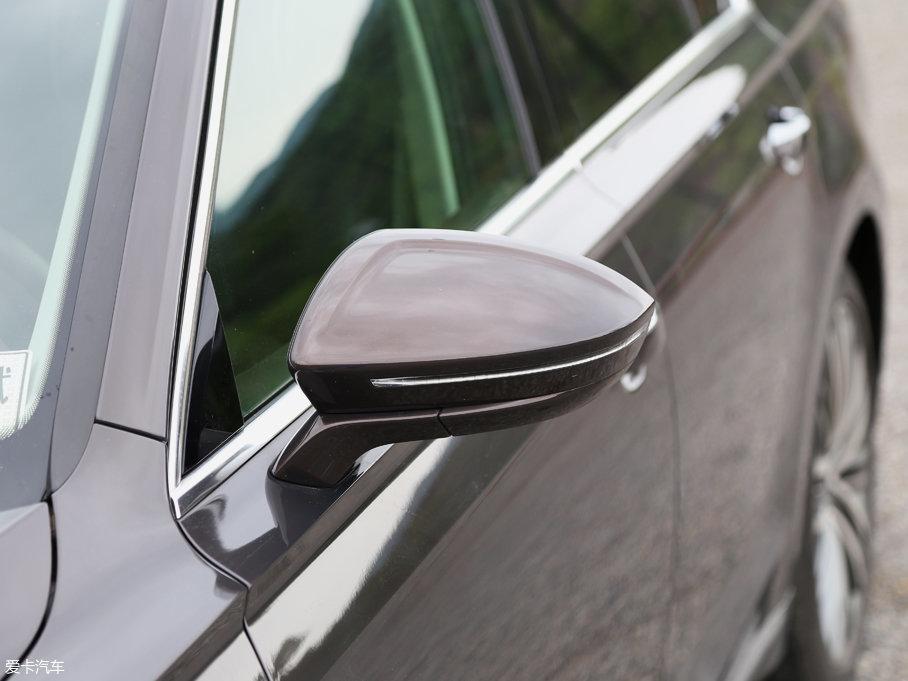外后视镜采用与车身同色的流线造型设计,配备光带式LED转向灯,并配有电动加热除霜、锁车自动收折以及设在后视镜内侧的盲区监测报警指示灯功能。