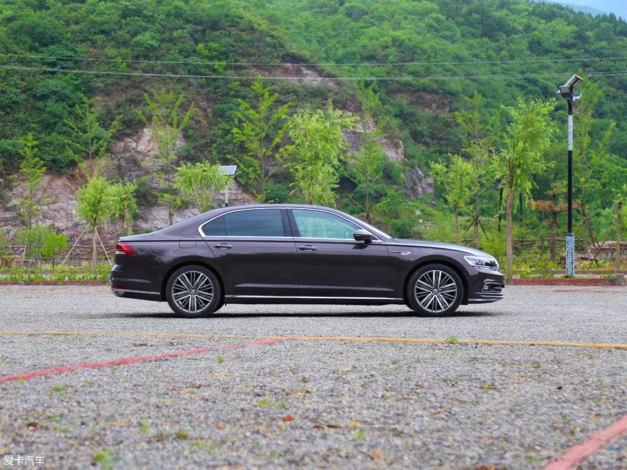 车身尺寸方面,辉昂480 V6的长、宽、高分别为:5074×1893×1489mm,轴距为3009mm。