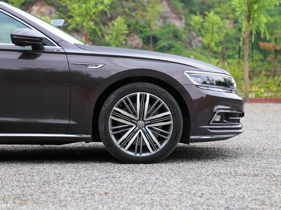 多辐铝合金双色轮圈造型精致,高级感十足。轮胎采用马牌ContiSportContact 5P高性能轮胎,该轮胎仅提供18英寸以上的适配型号,在还原清晰路感的同时,也拥有着良好的抓地力。