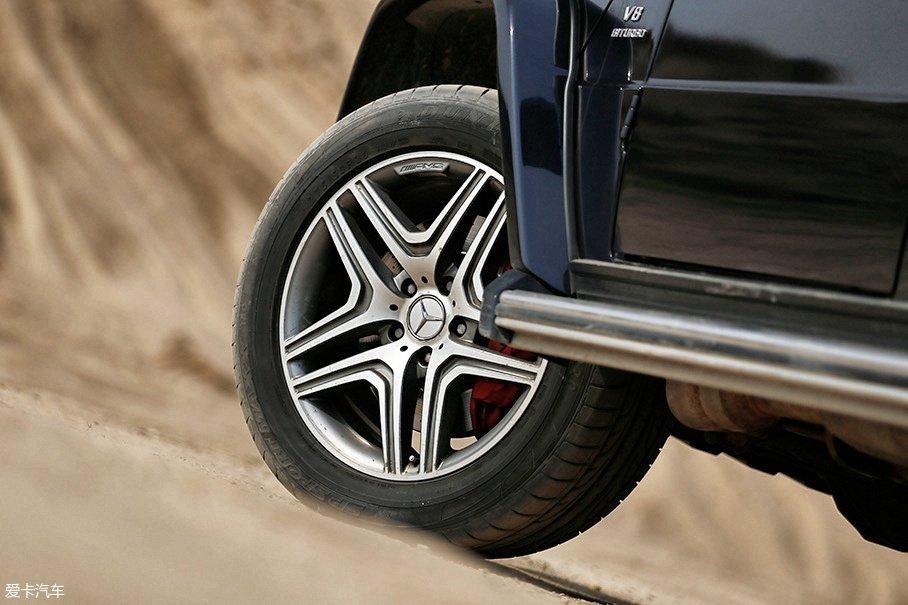 提车时编辑本人并没有注意到轮胎的型号,结果到了越野场地才发现这台试驾车居然配备的是一套邓禄普sp sport maxx高性能运动轮胎,比原厂配备的马牌CROSS CONTACT UHP更趋向于公路行驶。
