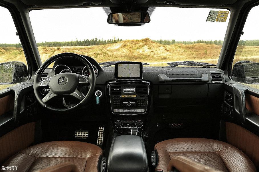 外观确实变化不大,但奔驰G的内饰和配置却是与时俱进的,除了已经集成进去的奔驰COMAND多媒体系统之外,车内也都进行了高档真皮的包裹,毕竟是200多万的车啊,硬派也不能太显寒酸。