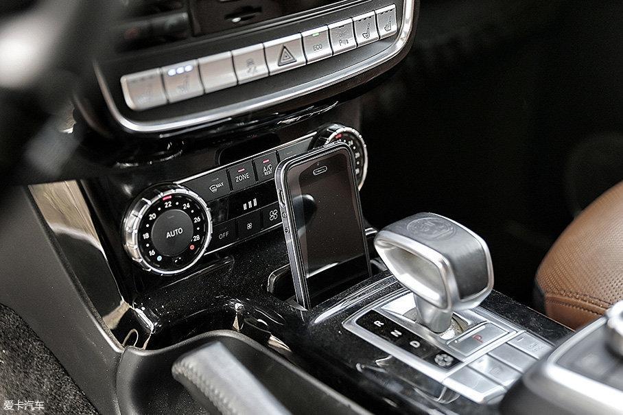 最需要吐槽的是,车内上、下竟没有一个可以放手机的地方,最后本人只好将手机插入烟灰缸里,幸亏编辑本人买的是5SE,否则……