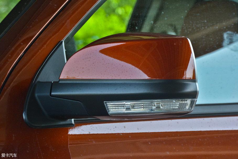 外后视镜造型圆润,并集成了转向灯。尺寸也非常宽大,对于御风P16这样大尺寸的车型来说,视野尤为重要。