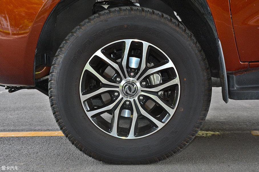 试驾车型采用了17寸双六辐合金轮圈,造型简洁,与车型外观一样透露出一股子野性。轮胎方面采用了新迪的SU-800越野系列轮胎,规格为245/75 R17。