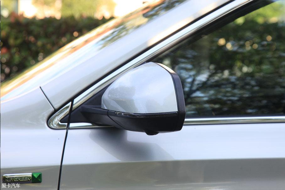 外后视镜的设计并没有太多的特点,不过在试驾的车型的外后视镜下方有一个摄像头,是来给车辆提供全景视角。