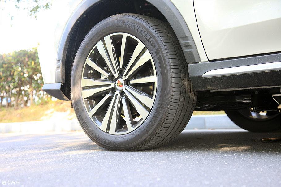 作为一款中国品牌的车型,上汽荣威很豪气的在轮胎品牌上选择了米其林,配备的Primacy 3 ST浩悦轮胎主打静音和操控,在实际的试驾过程中能很好的体验到。