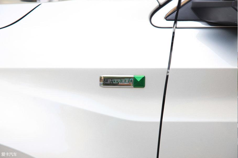 """在车身前翼子板上有一块""""NETGREEN""""的铭牌,代表着其新能源车的身份。"""