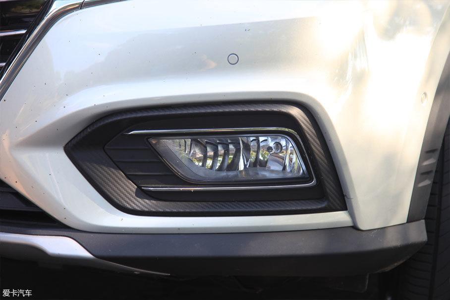 雾灯区融入了全新的设计理念,将整个前脸塑造得更为立体,车辆新增碳纤维纹理装饰,可见其细节设计的细腻。