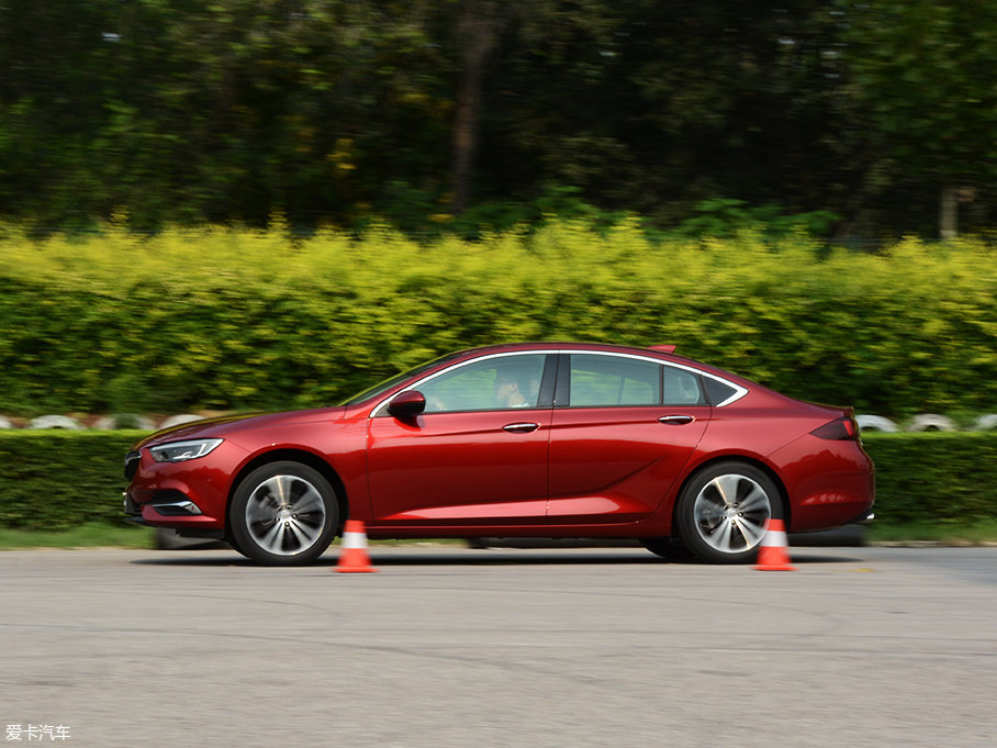变速箱允许发动机以2600rpm左右的转速起步,经过前轮短暂的打滑之后,车辆能够稳健有力的完成起步动作,整个加速过程较为平顺。