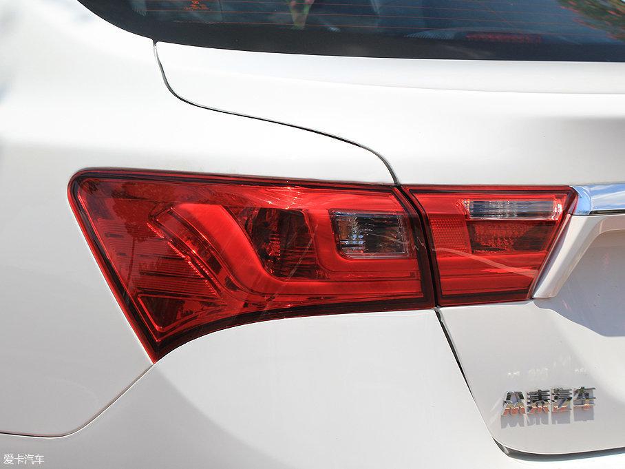 光带式LED后尾灯点亮后引人注目,整体造型也是规整中不乏运动气息,算是车尾的点睛之笔。