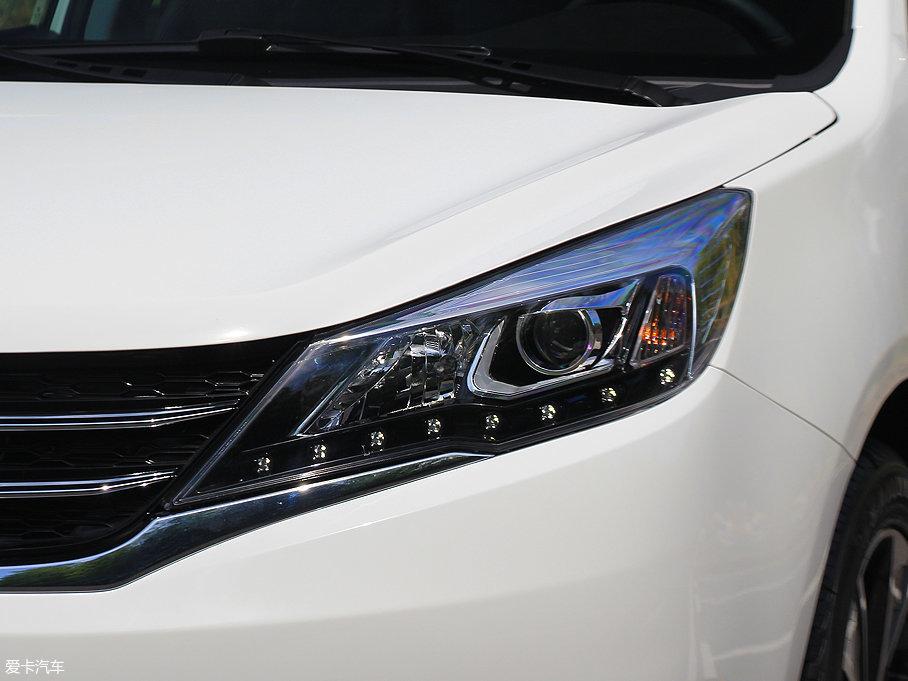 众泰Z360车前大灯全系配备卤素光源,并厚道的带有透镜,下部有8颗点阵式LED日间行车灯,令众泰Z360的目光炯炯有神。