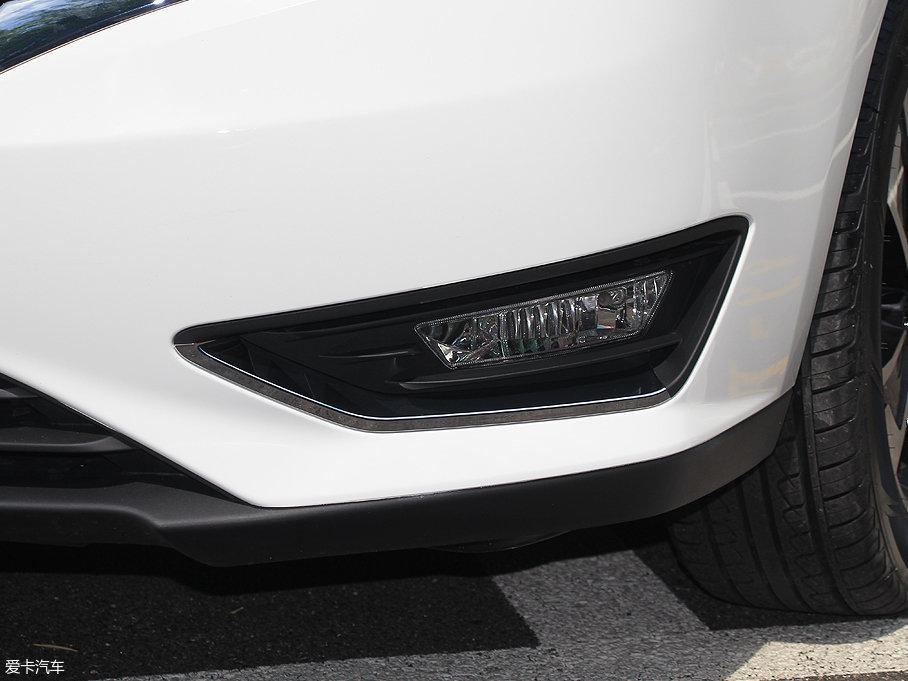 雾灯更加犀利狭长,造型与车前大灯保持一致,镀铬包围改为了仅下部勾边,线条更加干净利落。