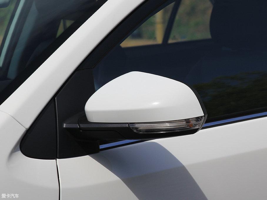 车外后视镜使用上白下黑的双色配色,集成有转向灯。