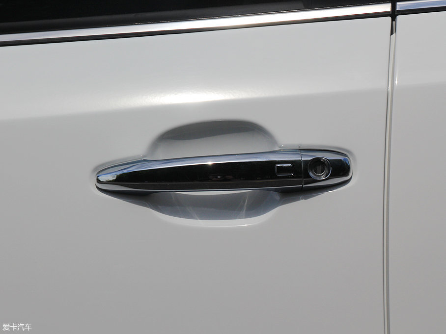 车门把手造型比较常规,外部有更具质感的全镀铬包裹,并配备有无钥匙进入系统。
